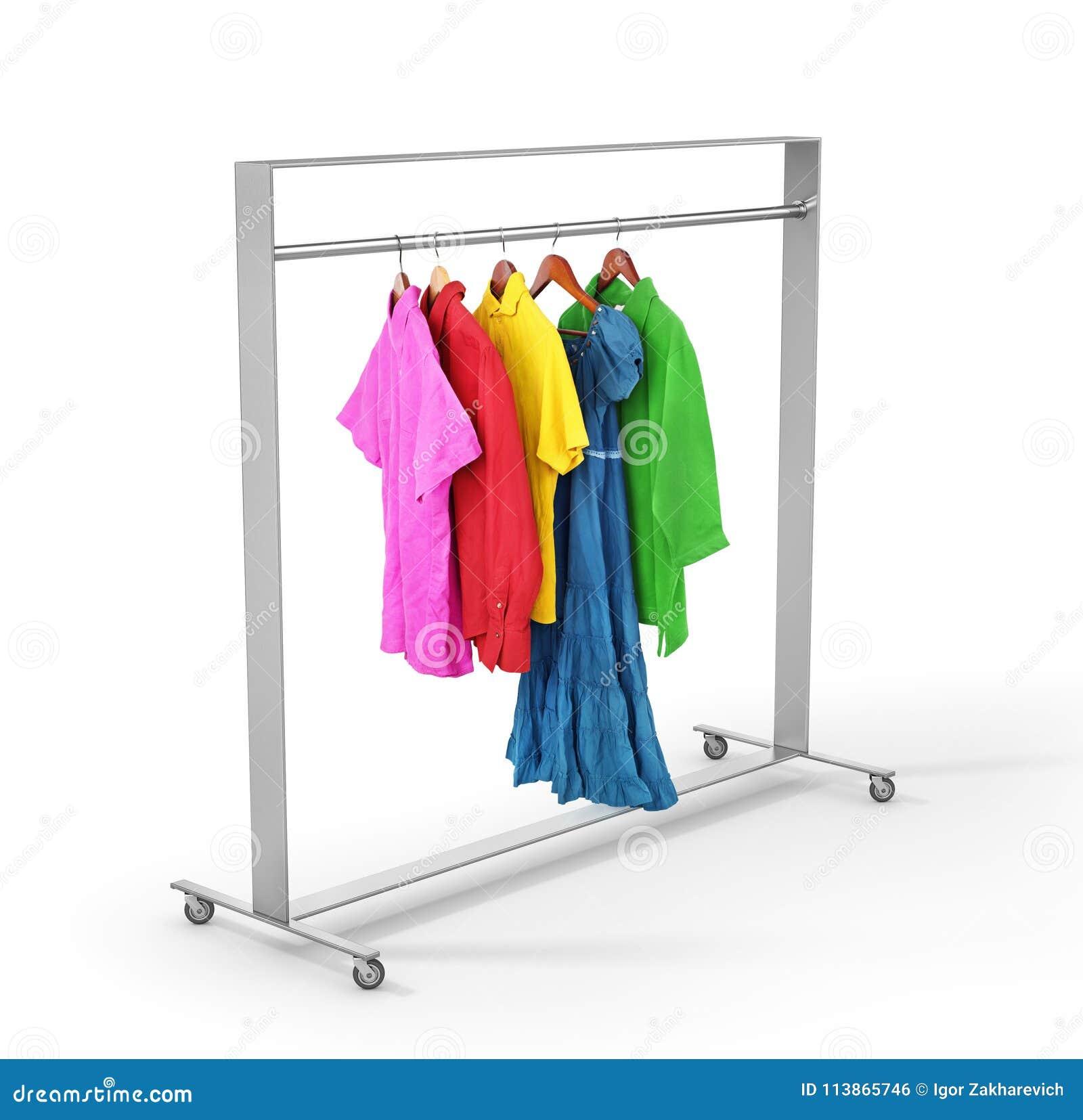 Vêtements sur le support de cintre sur un blanc