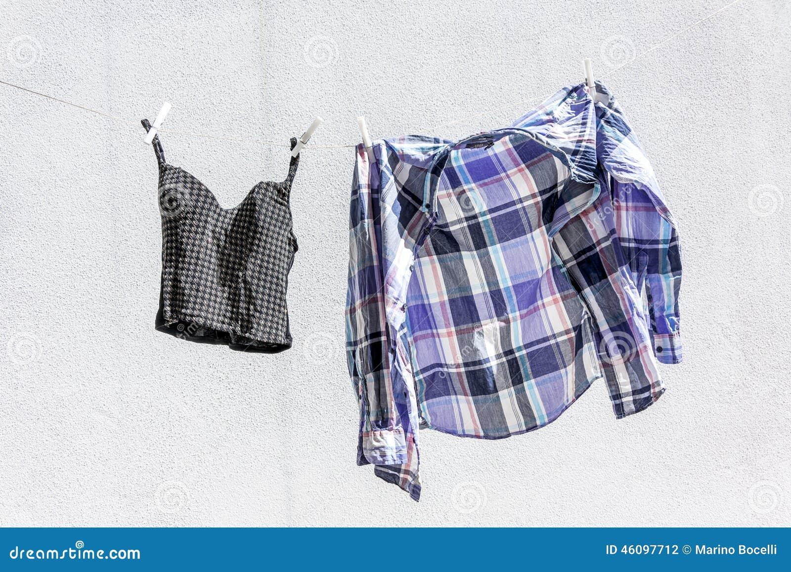 Vêtements traînés pour sécher