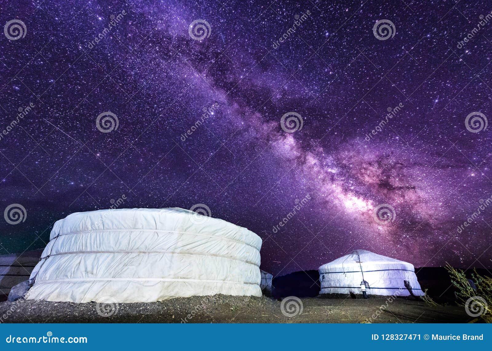 Vía láctea sobre el campo de Ger en el desierto de Mongolia Gobi