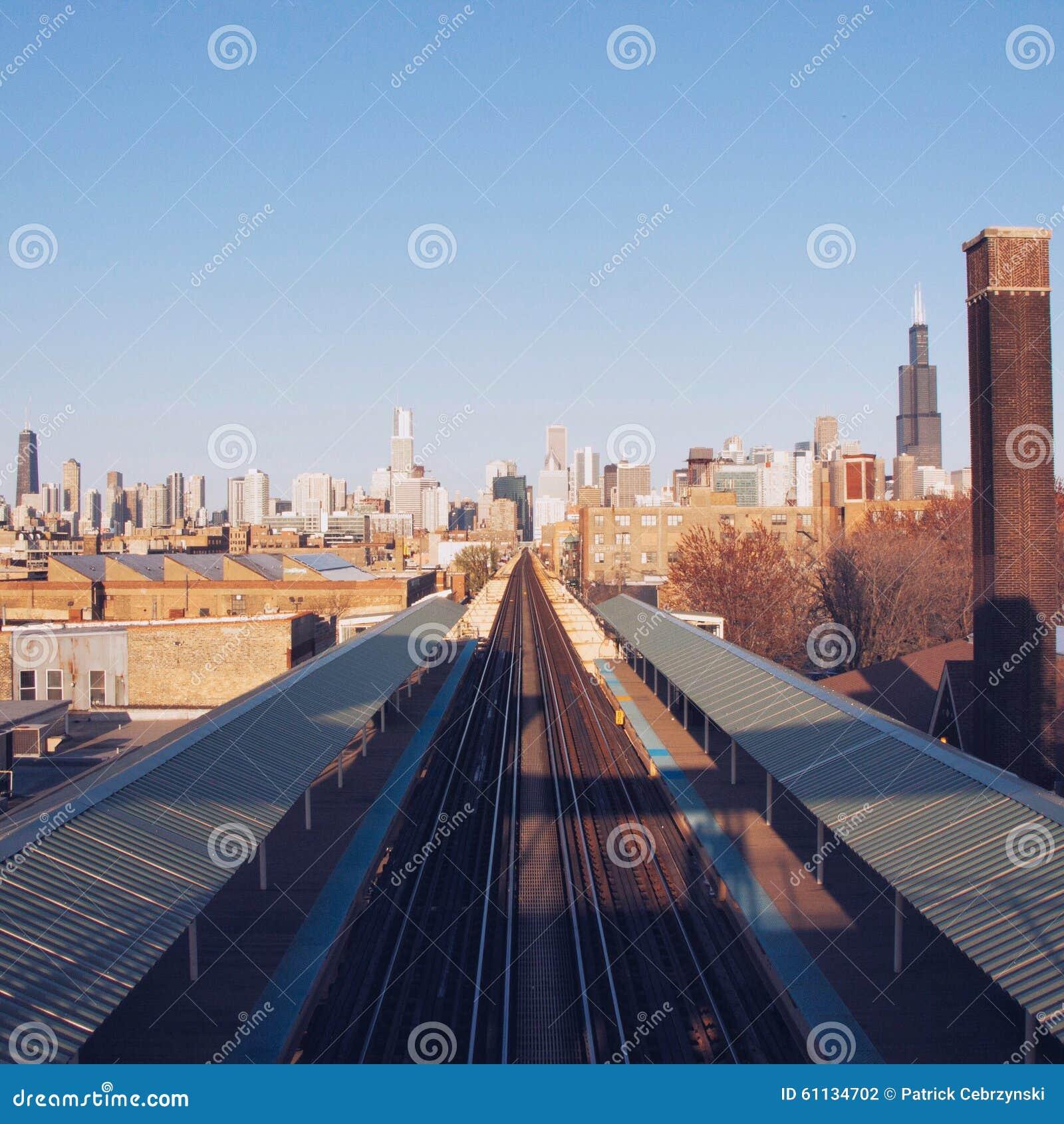 Vías del tren en la ciudad