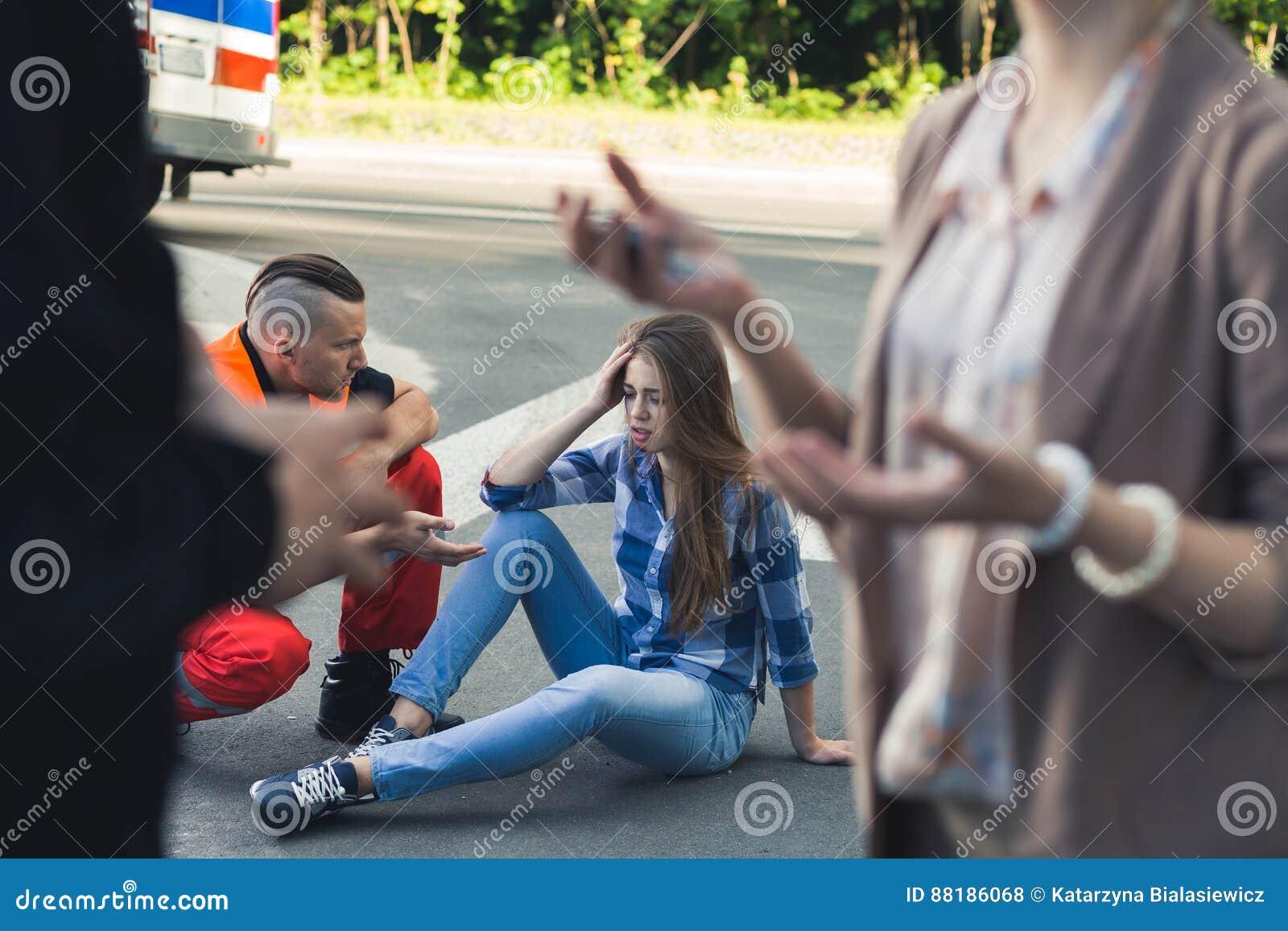 Víctima de choque de coche con el paramédico que le ayuda