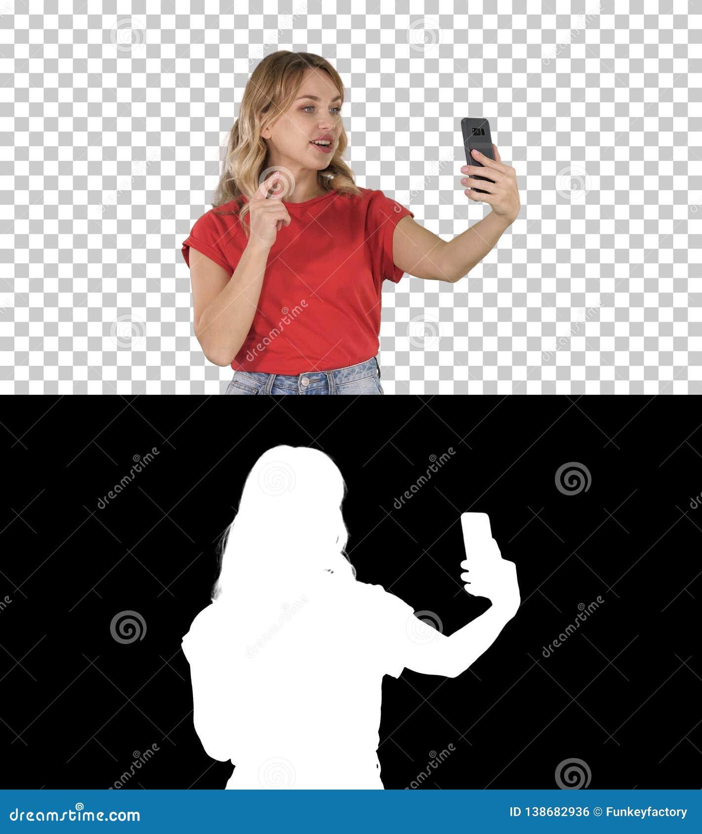 Vídeo femenino alegre de la grabación del blogger a la cámara delantera del teléfono moderno mientras que camina, Alpha Channel