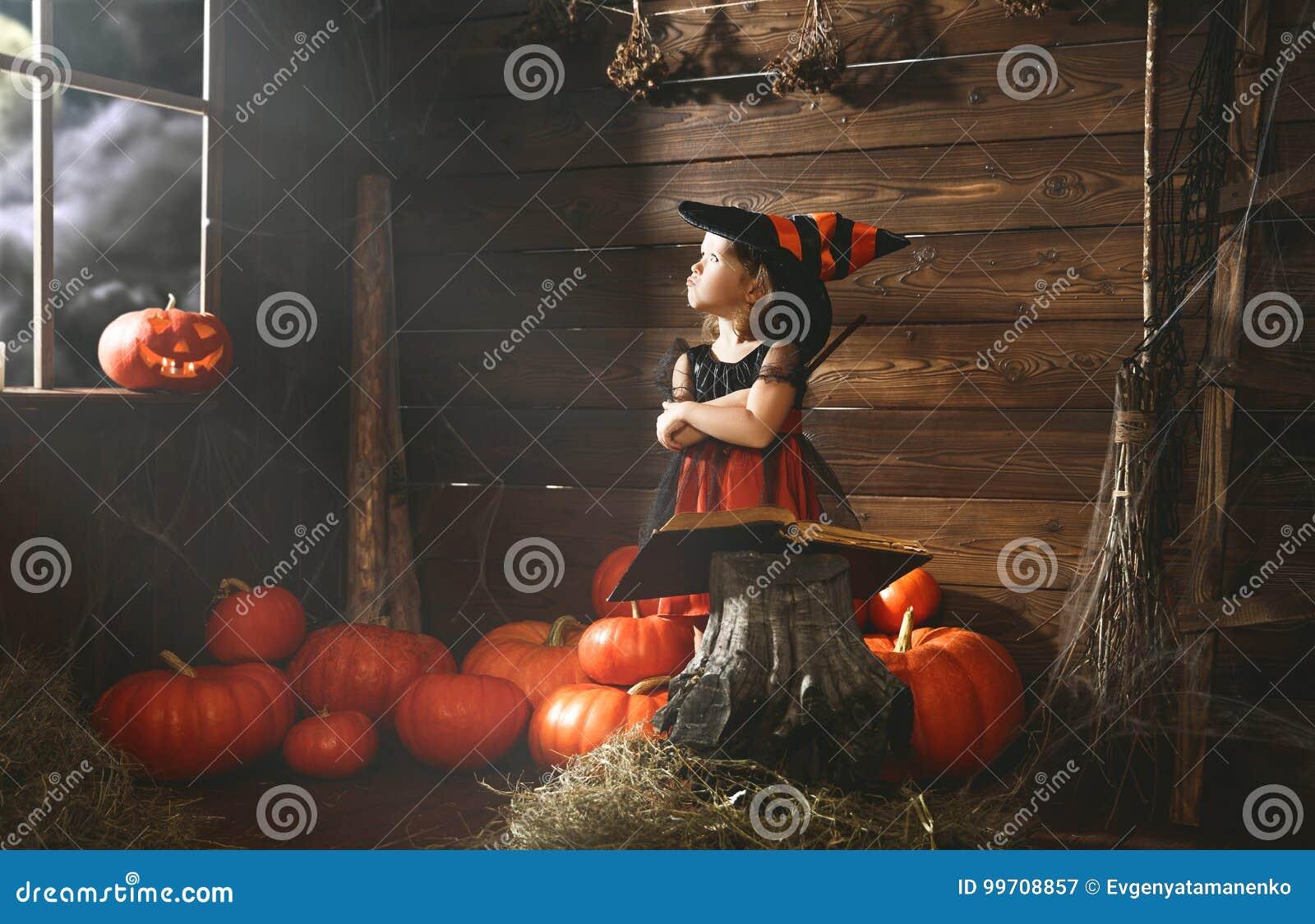 Víspera de Todos los Santos la pequeña bruja conjura con el libro de encantos, unos de los reyes magos