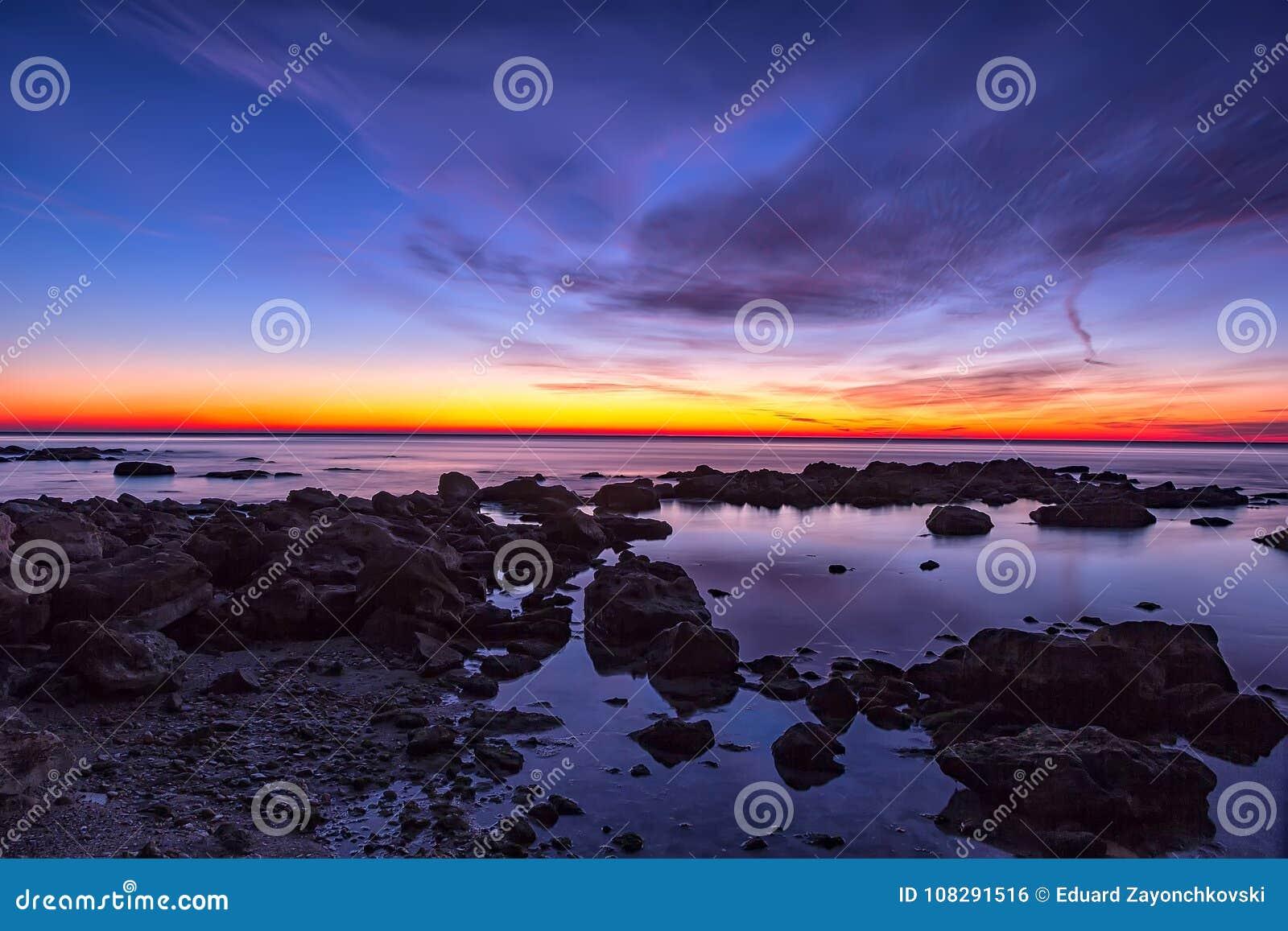 Vóór zonsopgang over het overzees