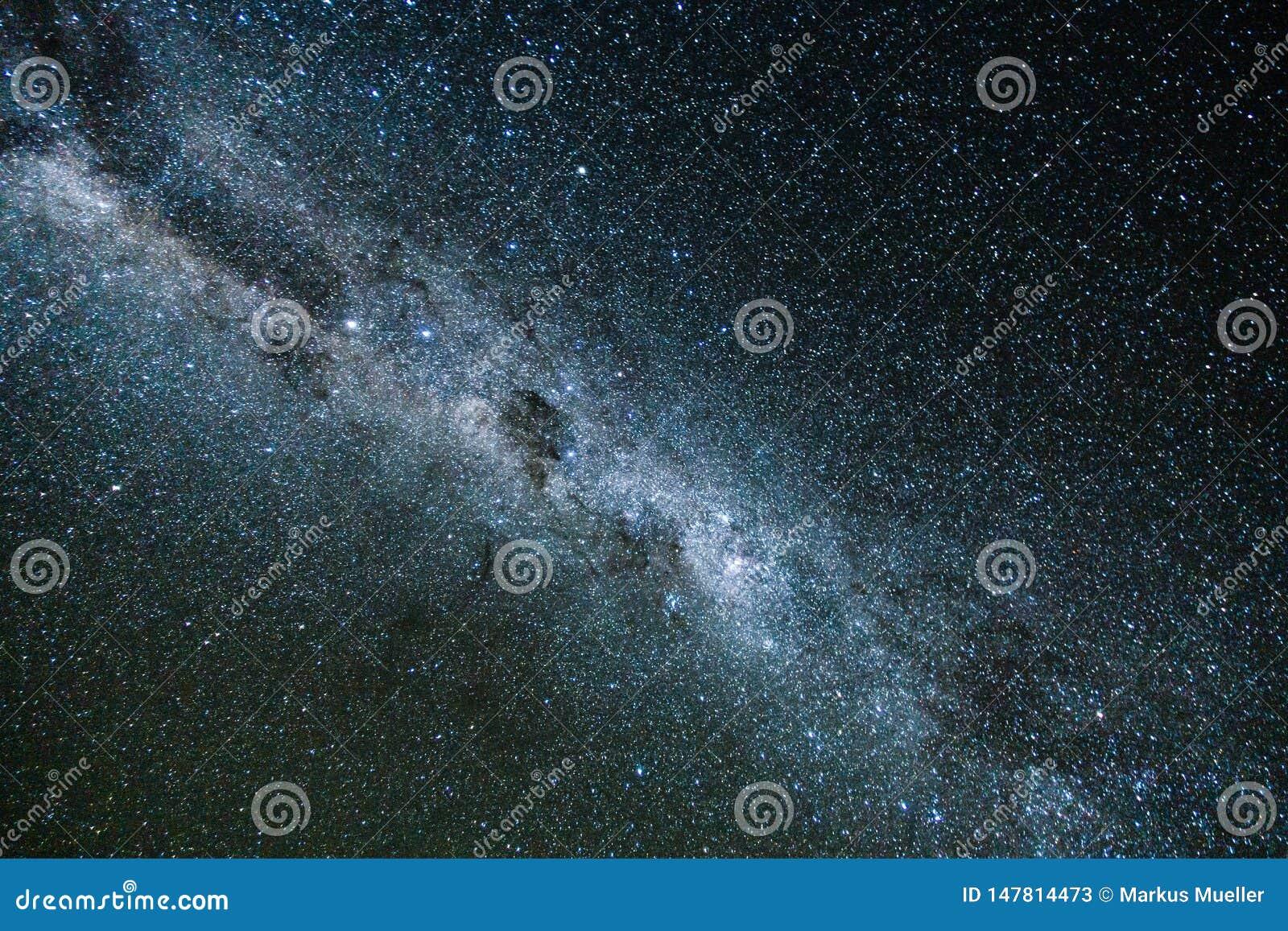 V?a l?ctea y luz rosada en las monta?as Paisaje colorido de la noche Cielo estrellado con las colinas en el verano Universo hermo