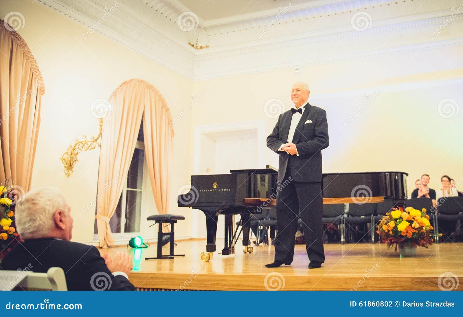 V Noreika, opera piosenkarz
