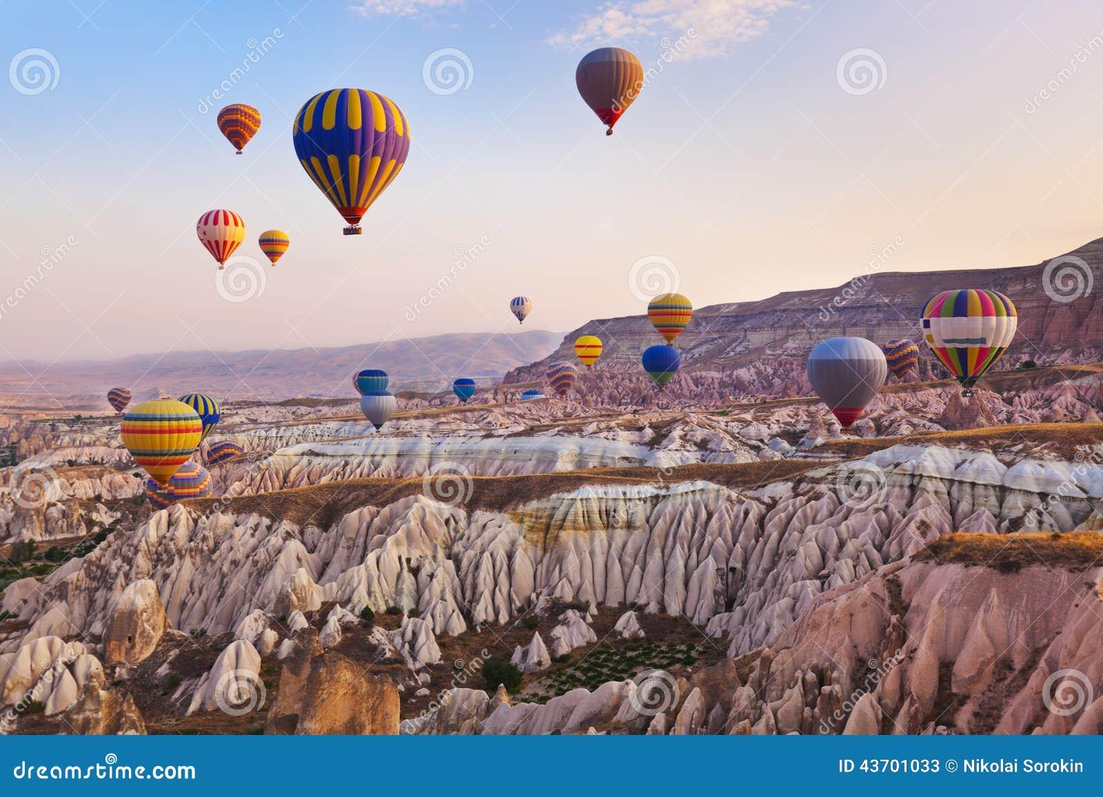 Vôo do balão de ar quente sobre Cappadocia Turquia