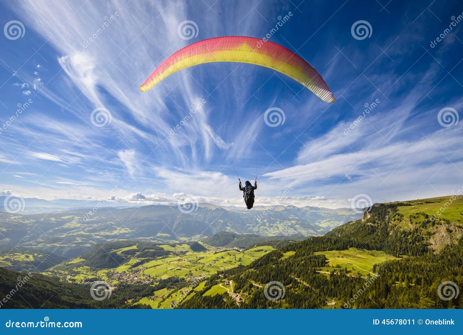 Vôo do Paraglider sobre montanhas