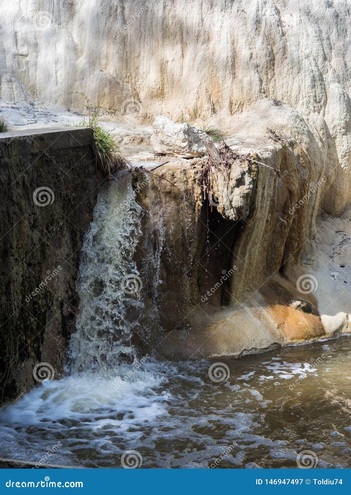 V?r av termiskt vatten av Bagni san filippo i Val D ` Orcia, Tuscany, Italien