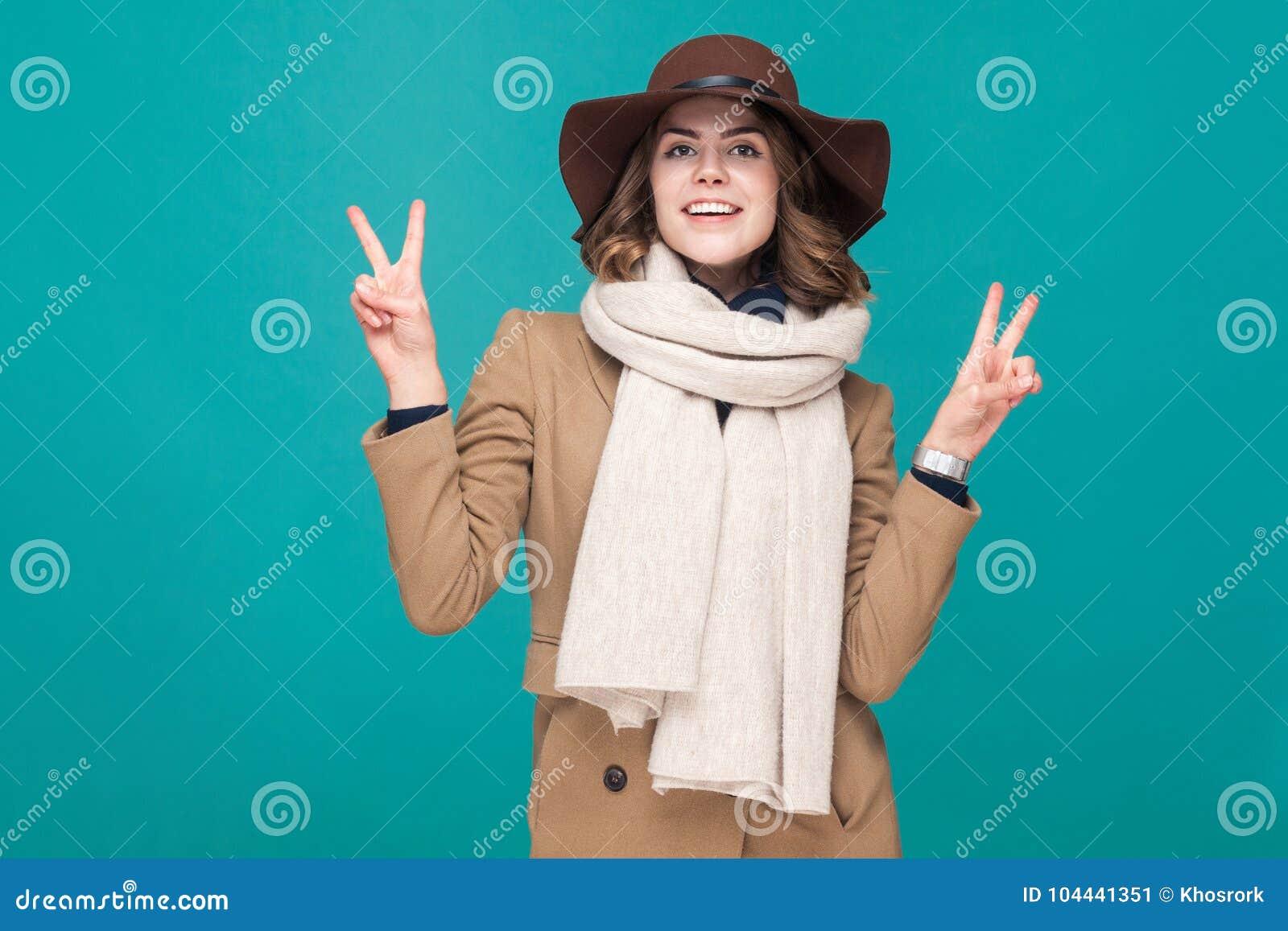V teken Leuke jonge volwassen vrouw die vredesteken tonen