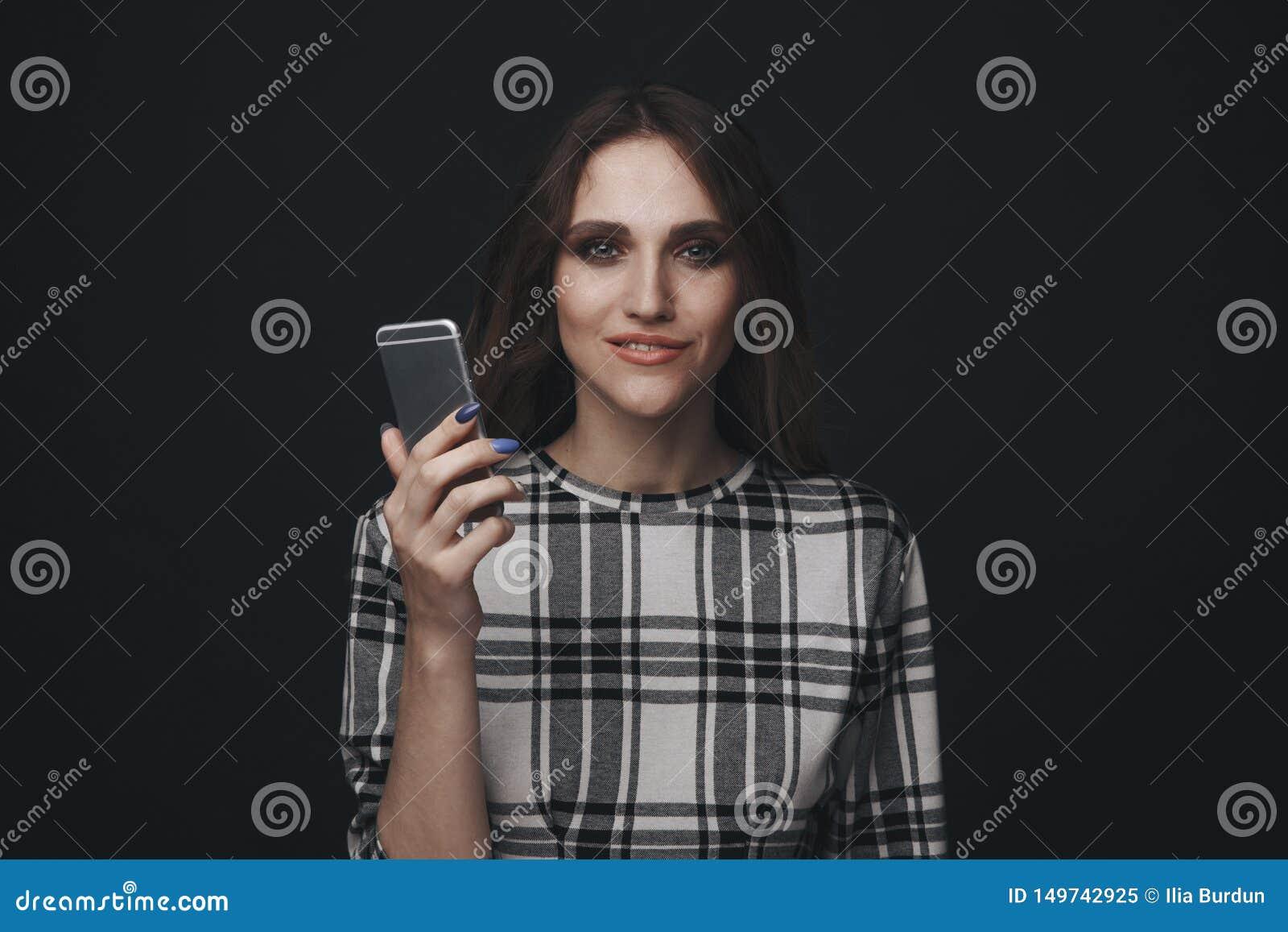V?tima adolescente triste ser do cyber que tiraniza o assento em linha em um sof? na sala de visitas em
