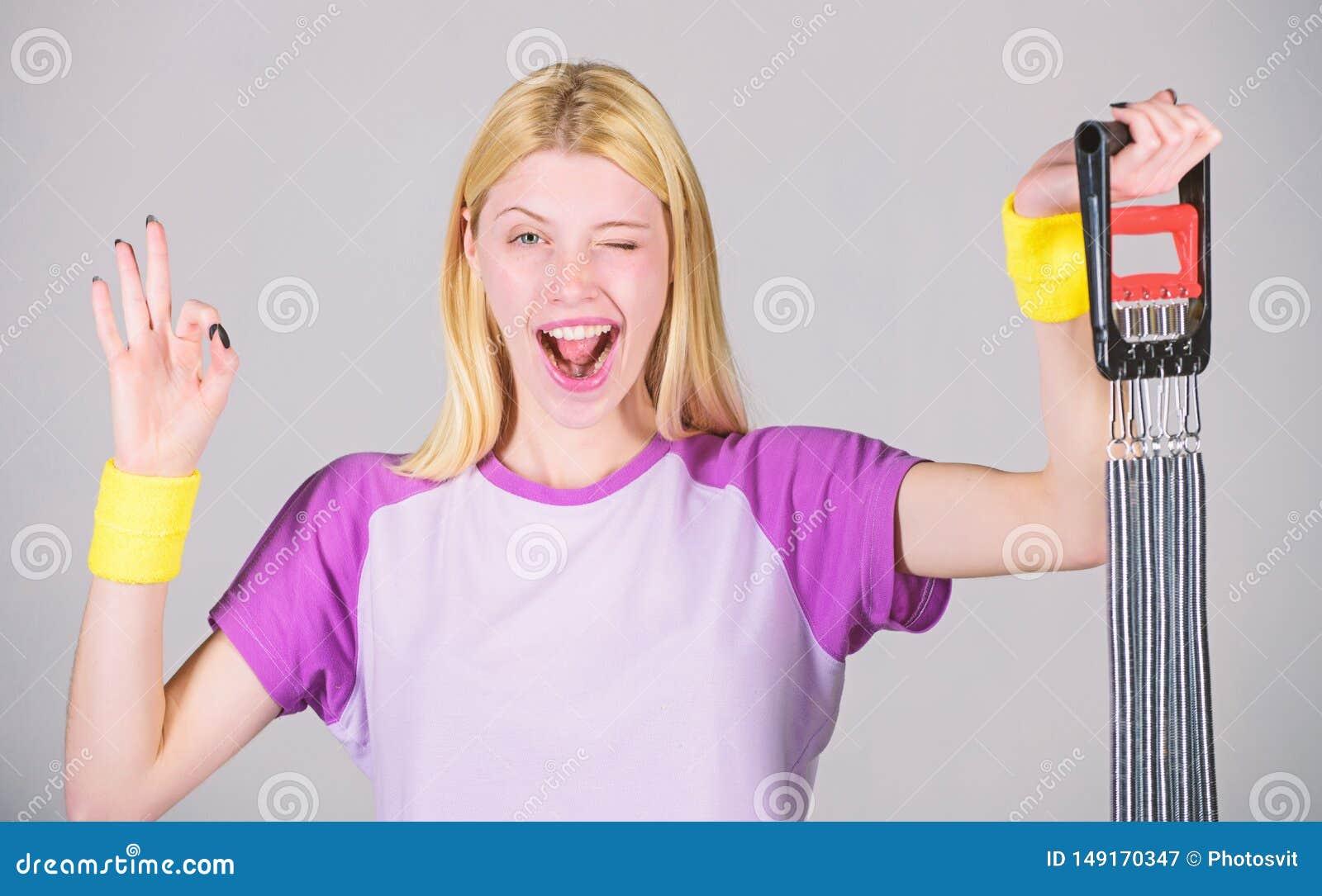 ?va med expanderutrustning Begrepp f?r sportutrustning F?rb?ttra din kropp Uppn? stor form Kvinnaelasticitet