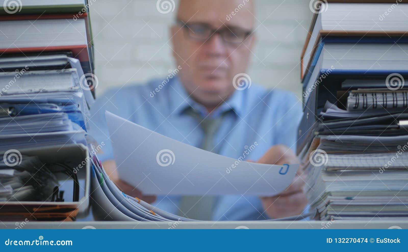 Vaag Beeld Businessperson die In Accounting Archive met Documenten werken