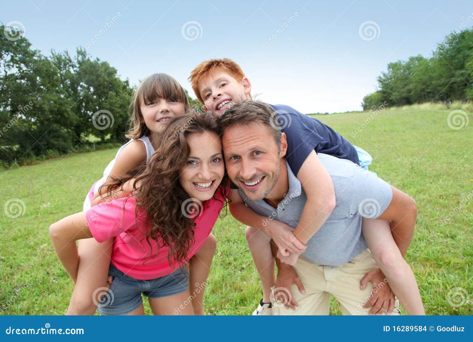 Vector Feliz Viaje Familia: Vacaciones De Familia Felices Imagenes De Archivo