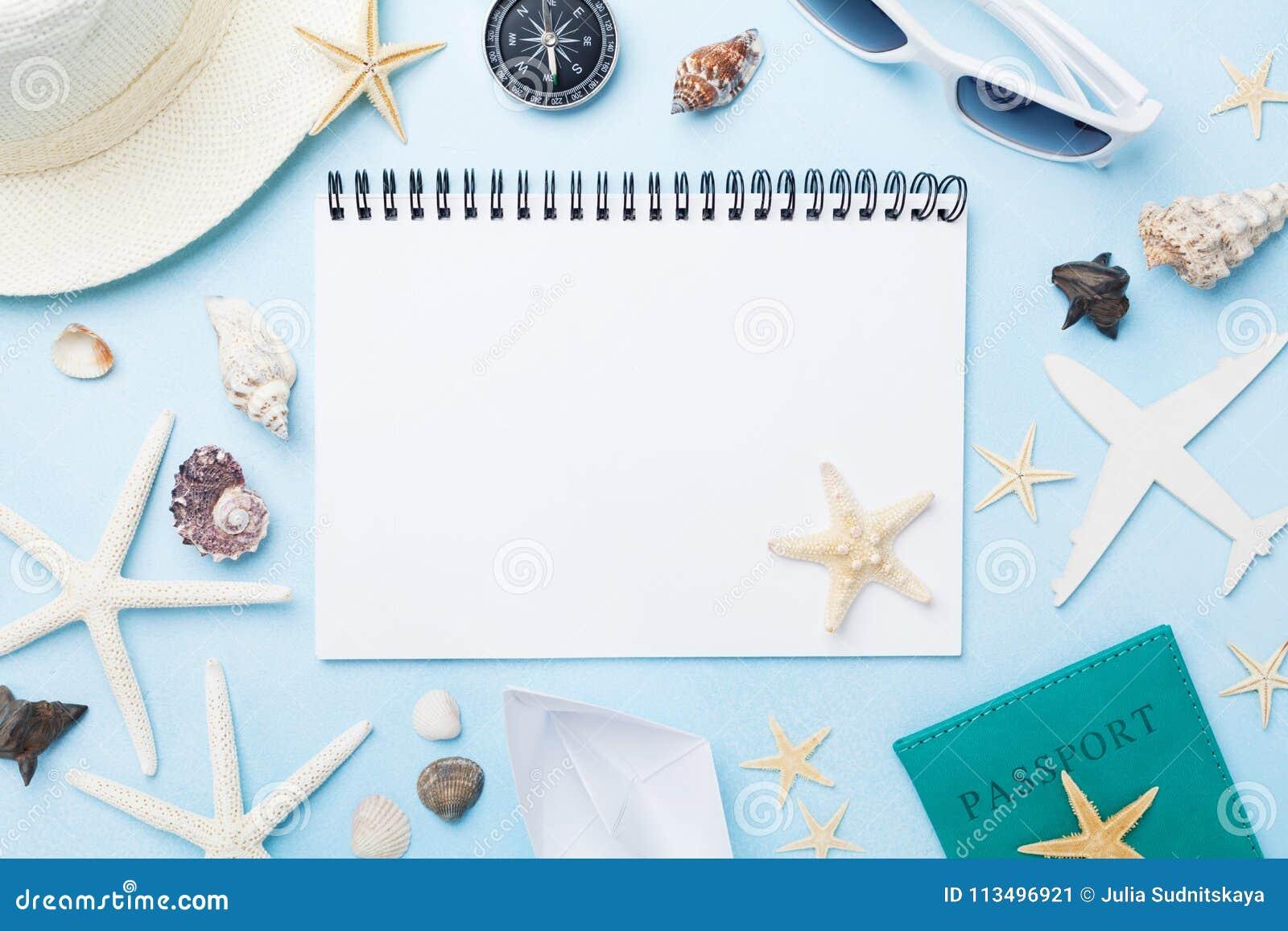 Vacaciones de verano del planeamiento, turismo y fondo de las vacaciones Cuaderno de los viajeros con los accesorios en la visión