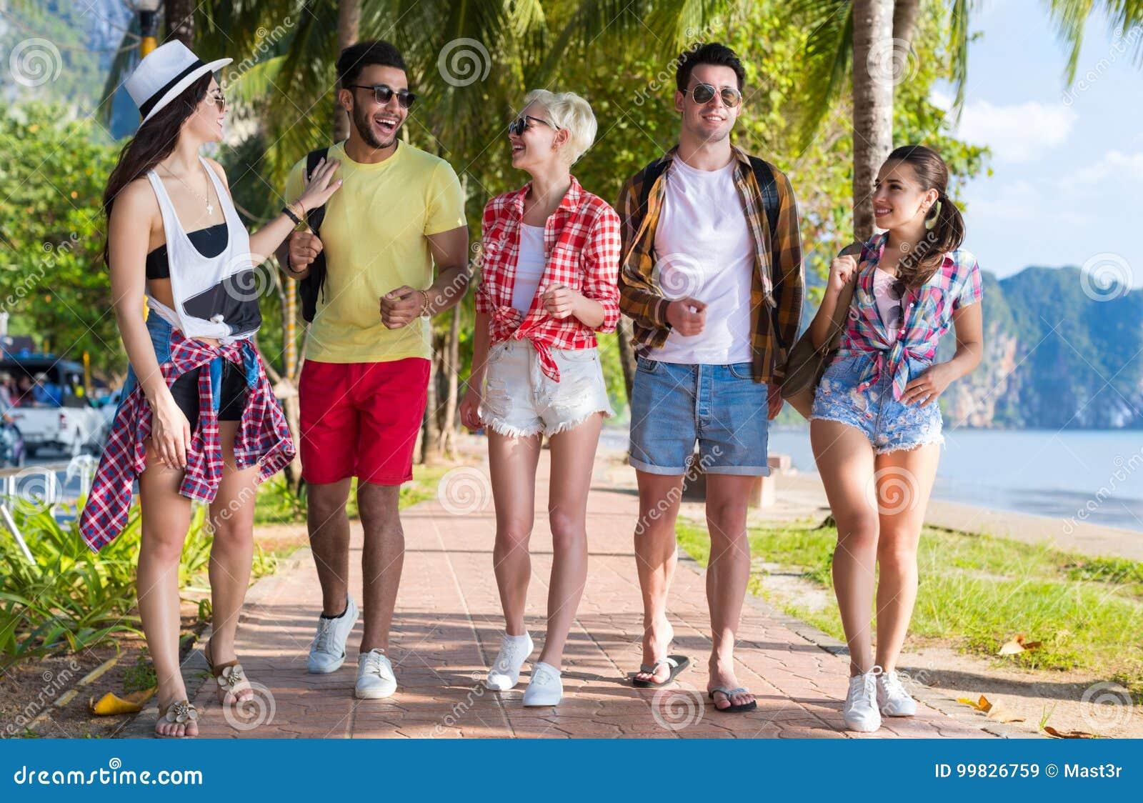 Vacaciones de verano de discurso del mar del día de fiesta de la playa del grupo de la gente que caminan joven de los amigos trop