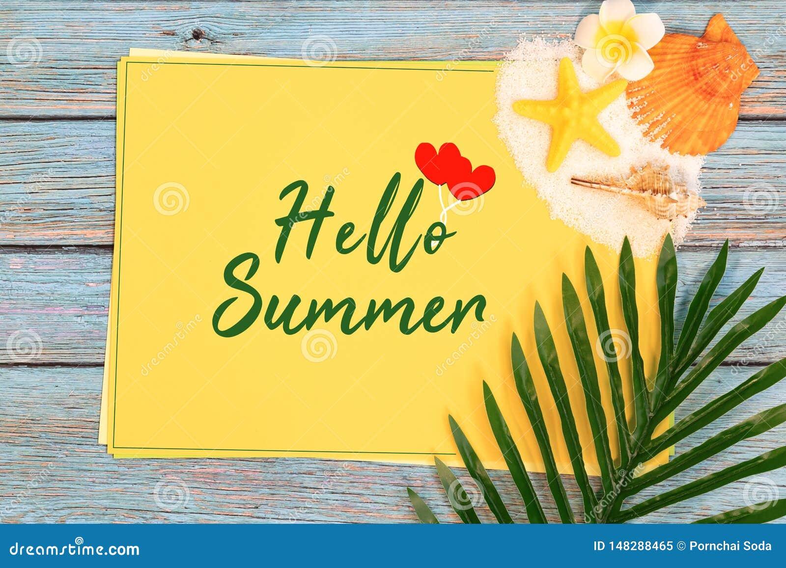 Vacaciones de verano hermosas, licencia de los accesorios de la playa, de las cáscaras del mar, de la arena y de la palma en el p