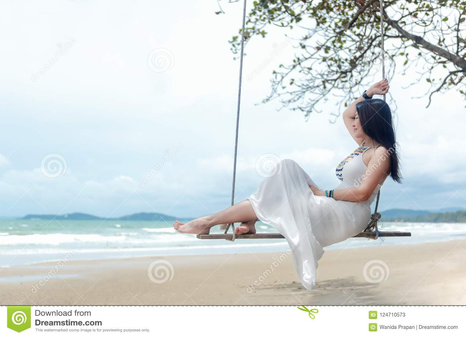 Vacaciones de verano Mujeres de la forma de vida que relajan y que disfrutan del oscilación en la playa de la arena, mujeres impo
