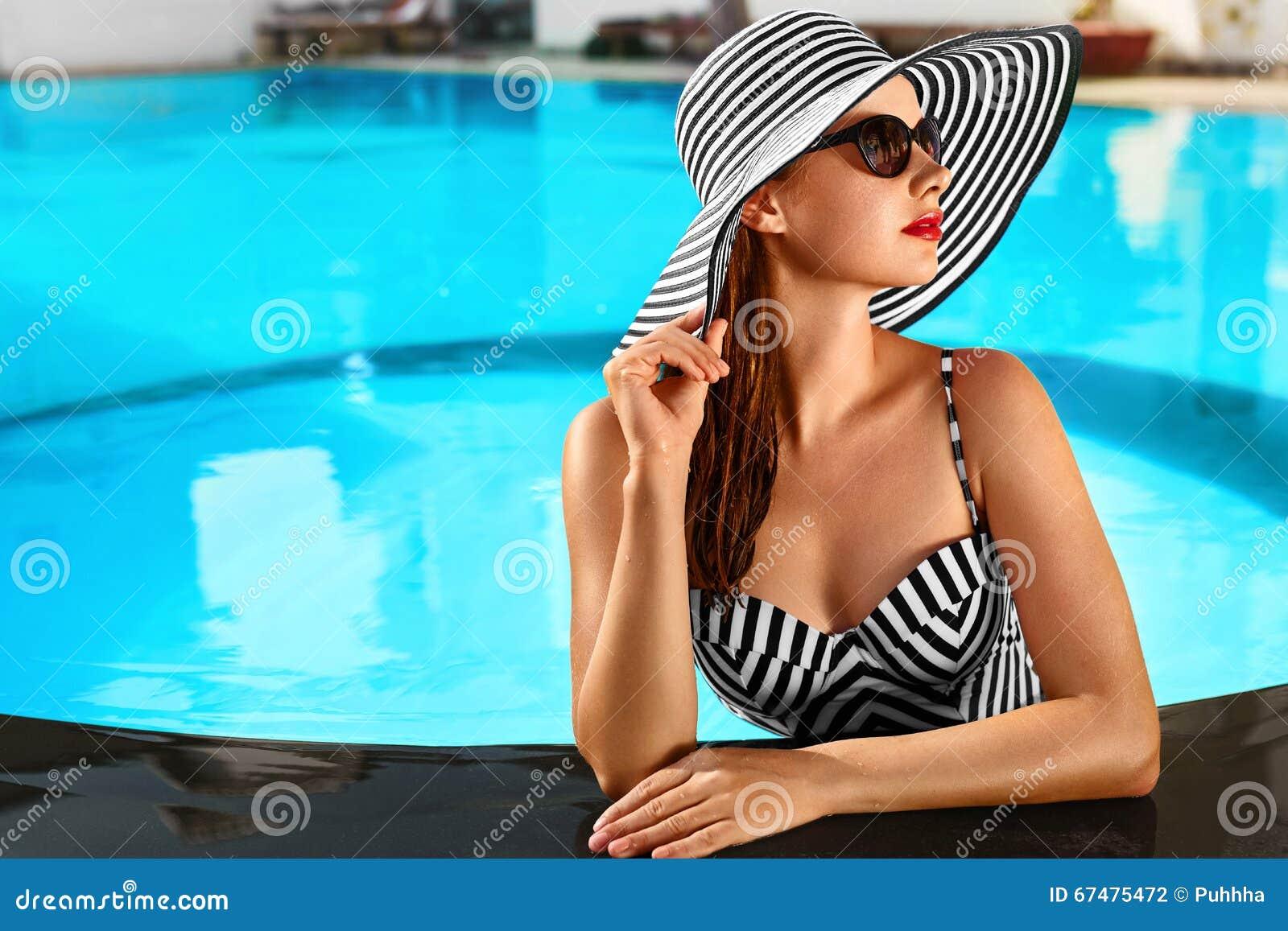 Vacaciones de verano Vacaciones del viaje Mujer hermosa en nadar el Po