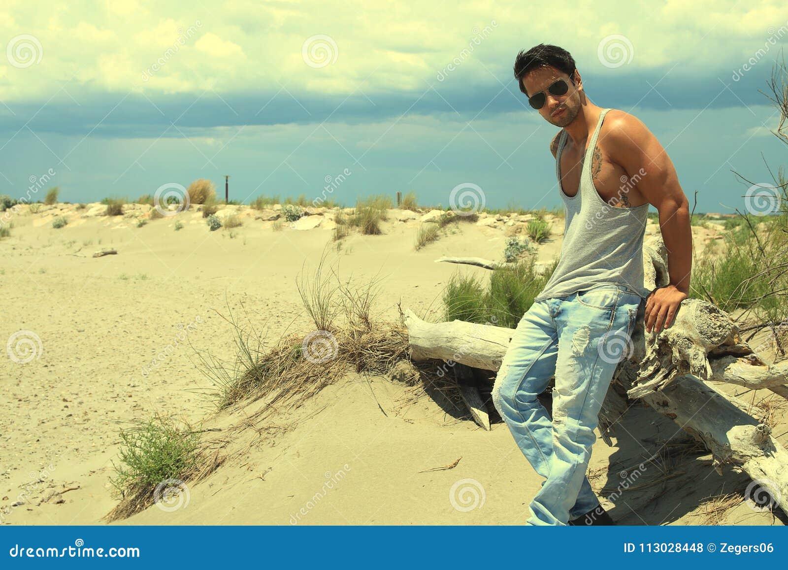 Vacaciones del viaje del verano Hombre hermoso con el cuerpo atractivo en gafas de sol de moda