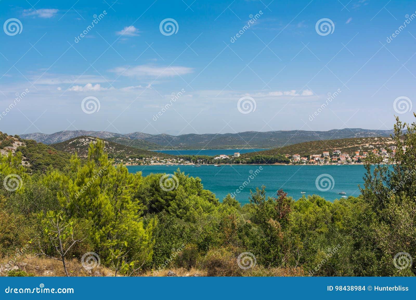 Vacaciones europeas O del destino del paisaje de Tisno que navegan Croacia