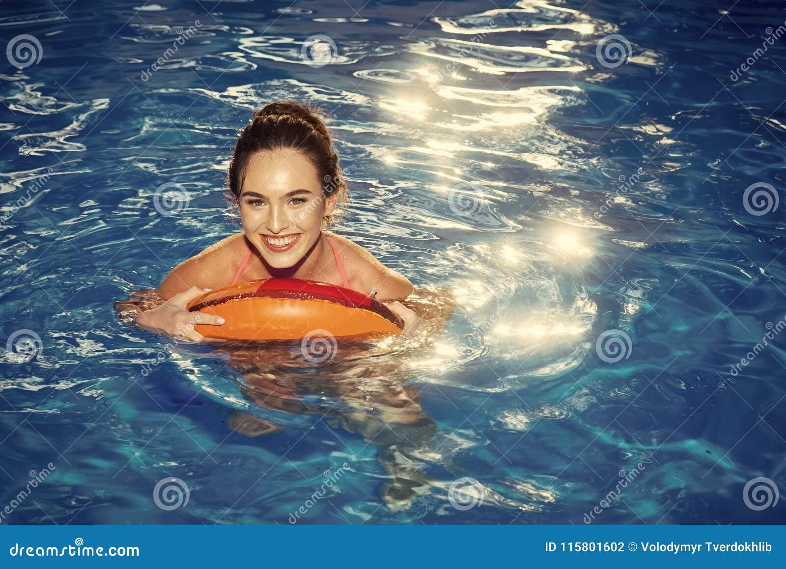 Vacances d été Apprécier la femme de bronzage dans le bikini sur le matelas gonflable dans la piscine