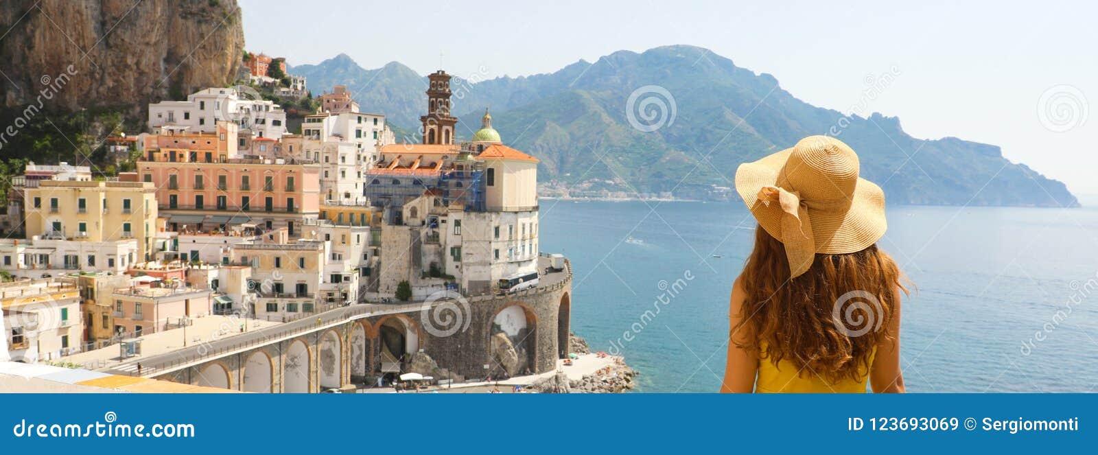 Vacances d été dans la bannière de panorama de l Italie Vue arrière de jeune femme avec le chapeau de paille et la robe jaune ave
