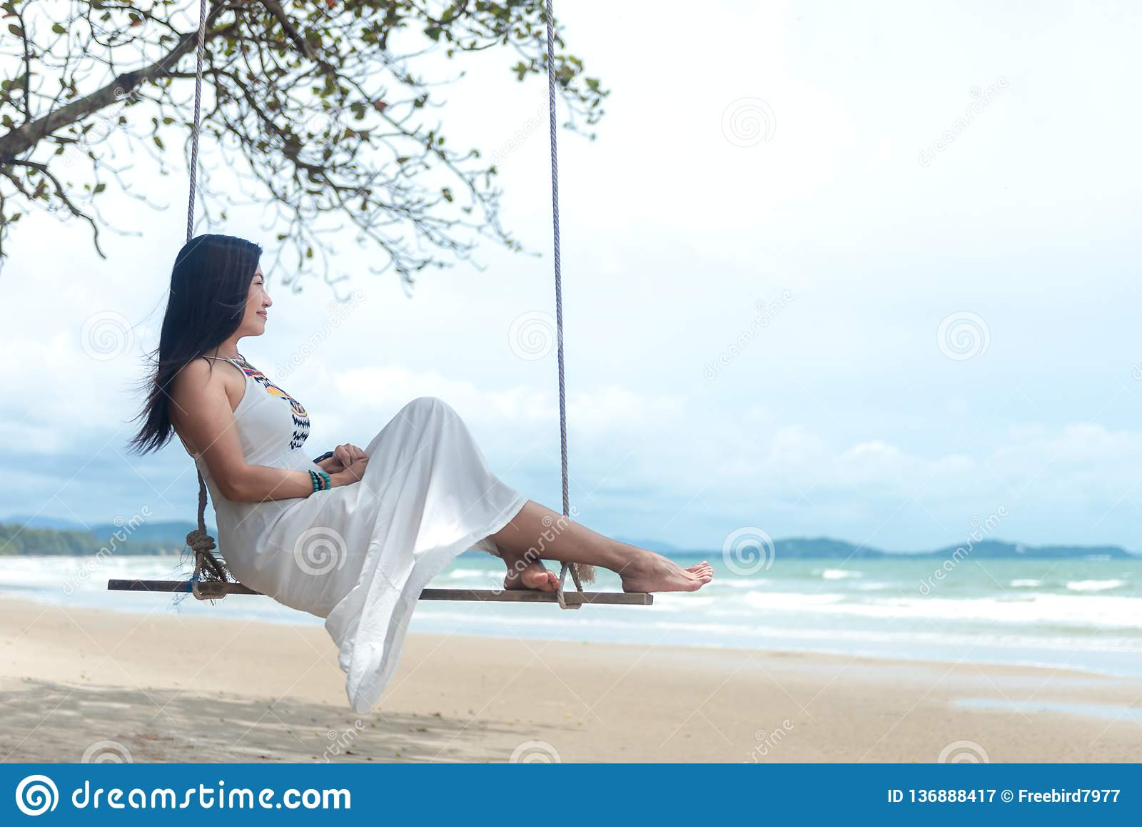 Vacances d été Les femmes de mode de vie détendant et appréciant l oscillation sur la plage de sable, façonnent les femmes renver
