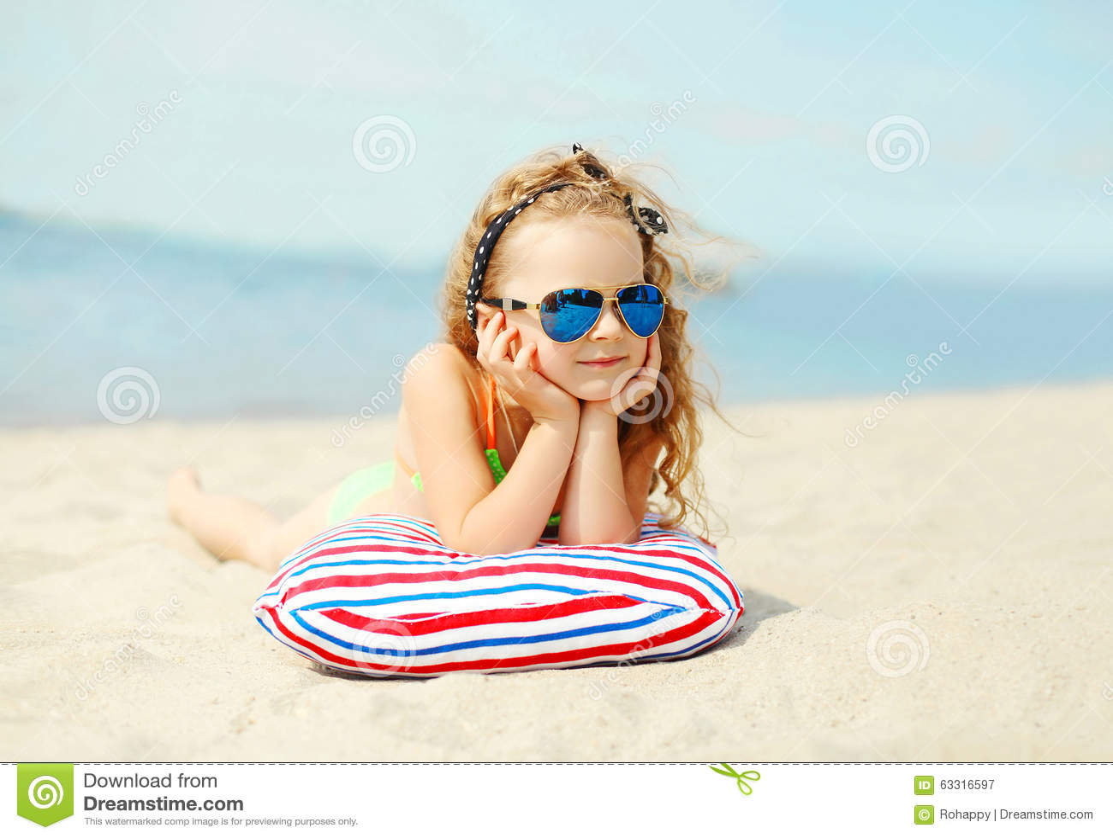 Vacances d été, relaxation, concept de voyage - repos menteur d enfant de portrait sur la plage