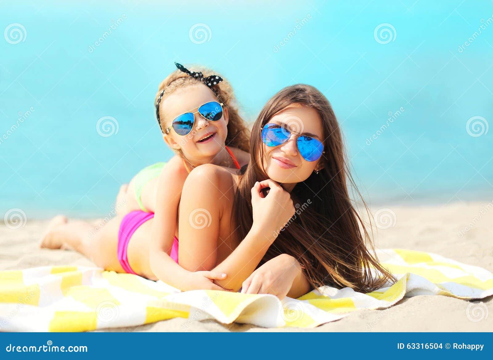 Vacances d été, relaxation, voyage - mère et repos menteur d enfant sur la plage