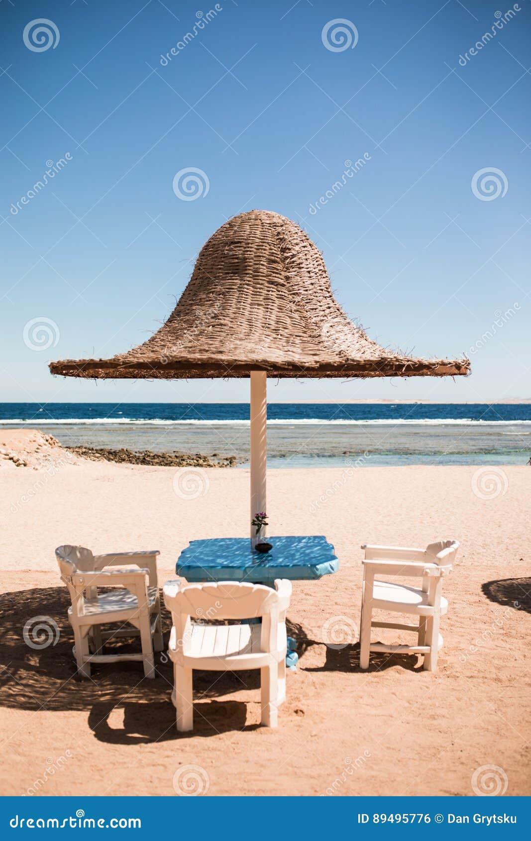 Vacances de vacances trois chaises longues de plage sous la tente sur la plage