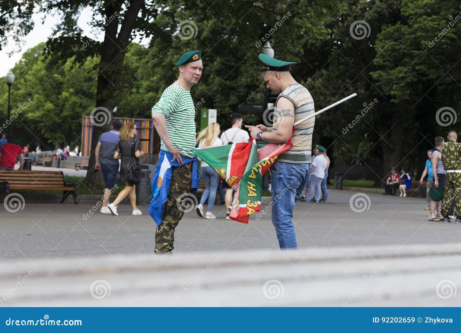 Vacances des personnes d armée de VDV dans l uniforme