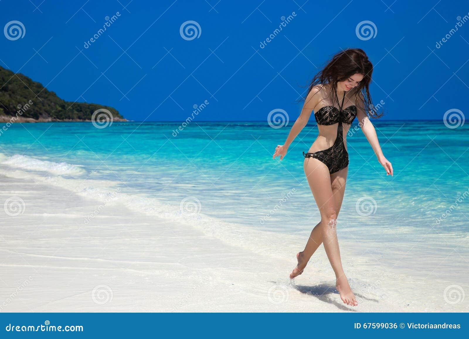 Vacanza della ragazza di estate Funzionamento felice della donna e saltare su esotico