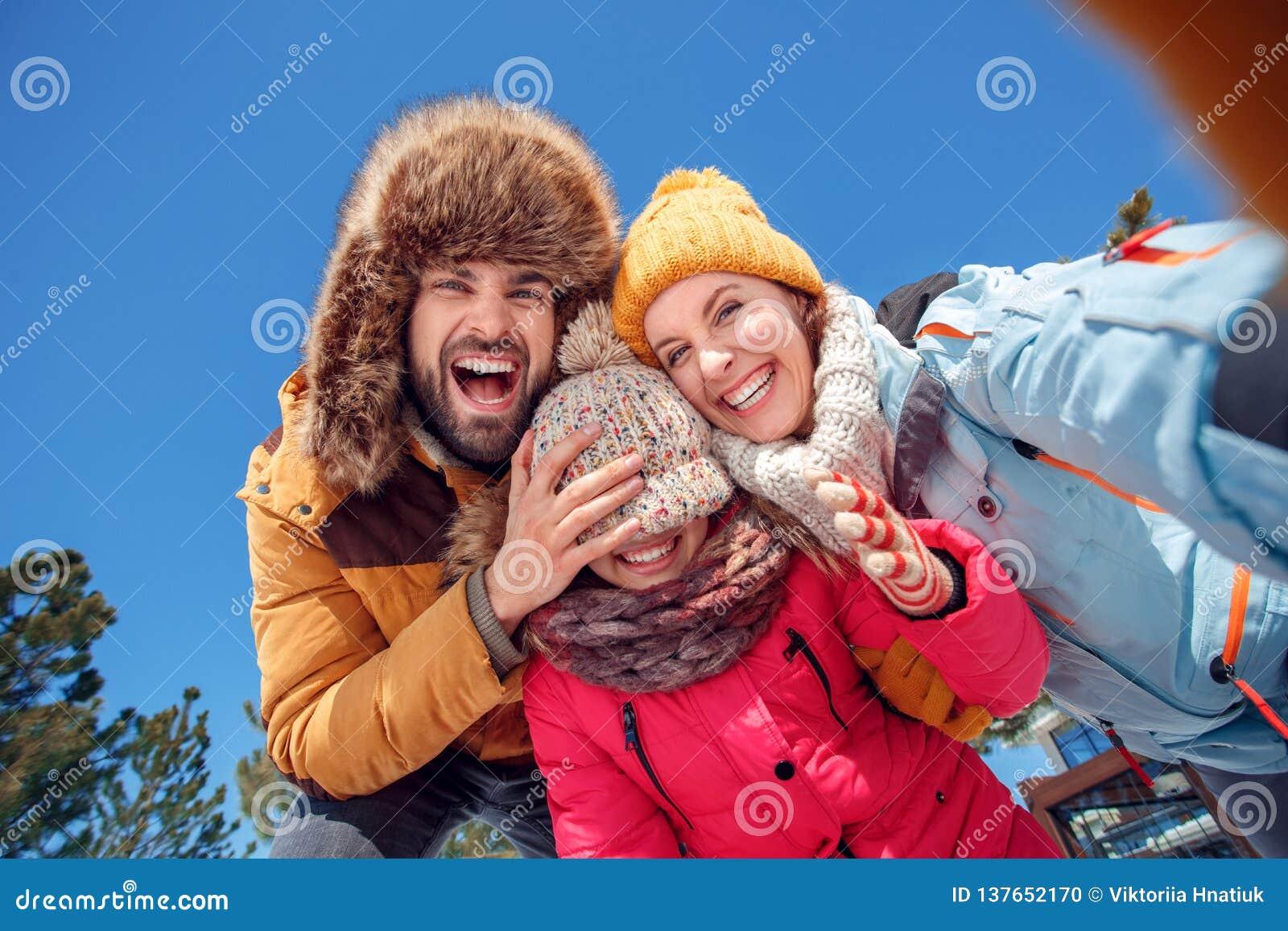Vacanza di inverno Tempo della famiglia all aperto che prende insieme il padre del selfie che prende in giro figlia che ride vist
