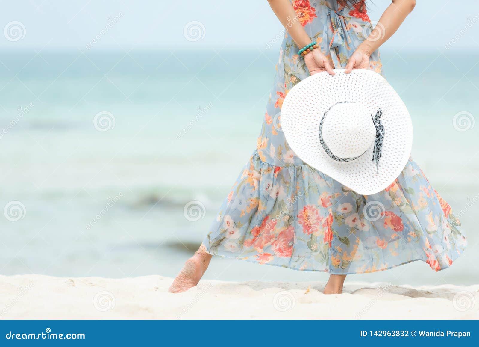 Vacanza Estiva Fine Sulla Mano Che Tiene Grande Cappello ...