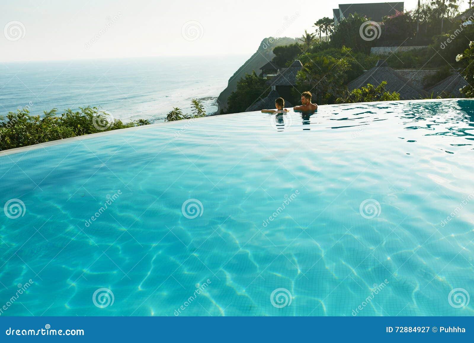 Vacanza romantica per le coppie nell amore La gente nello stagno di estate