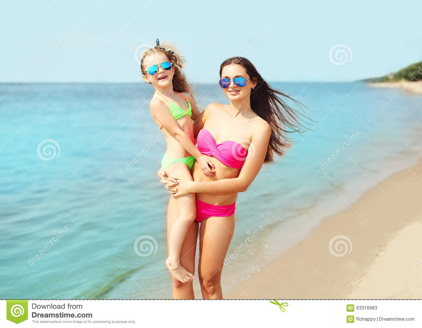 Costumi Da Bagno Per Bambino : Vacanze estive e viaggio madre e bambino felici in costume da