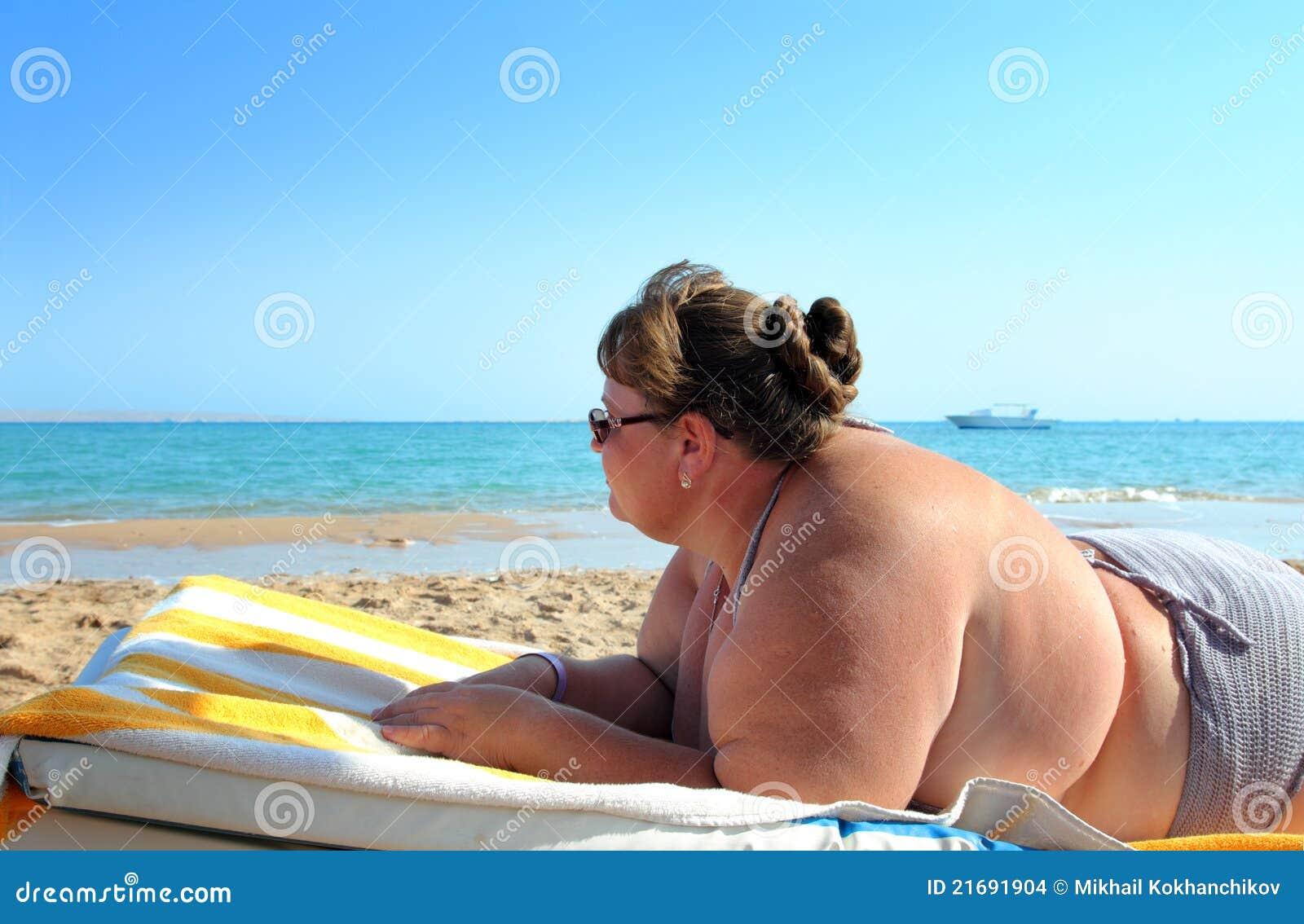 Толстые девушки на пляже 20 фотография