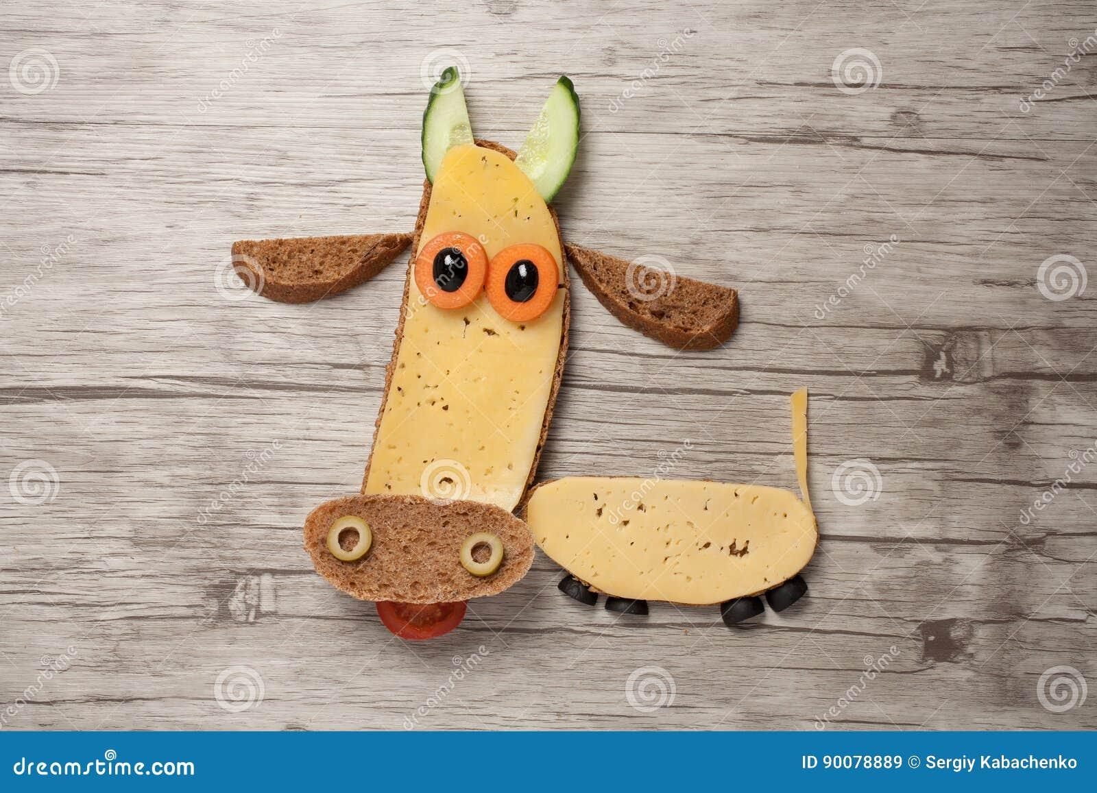 Vache drôle faite de pain noir et fromage à bord image stock image