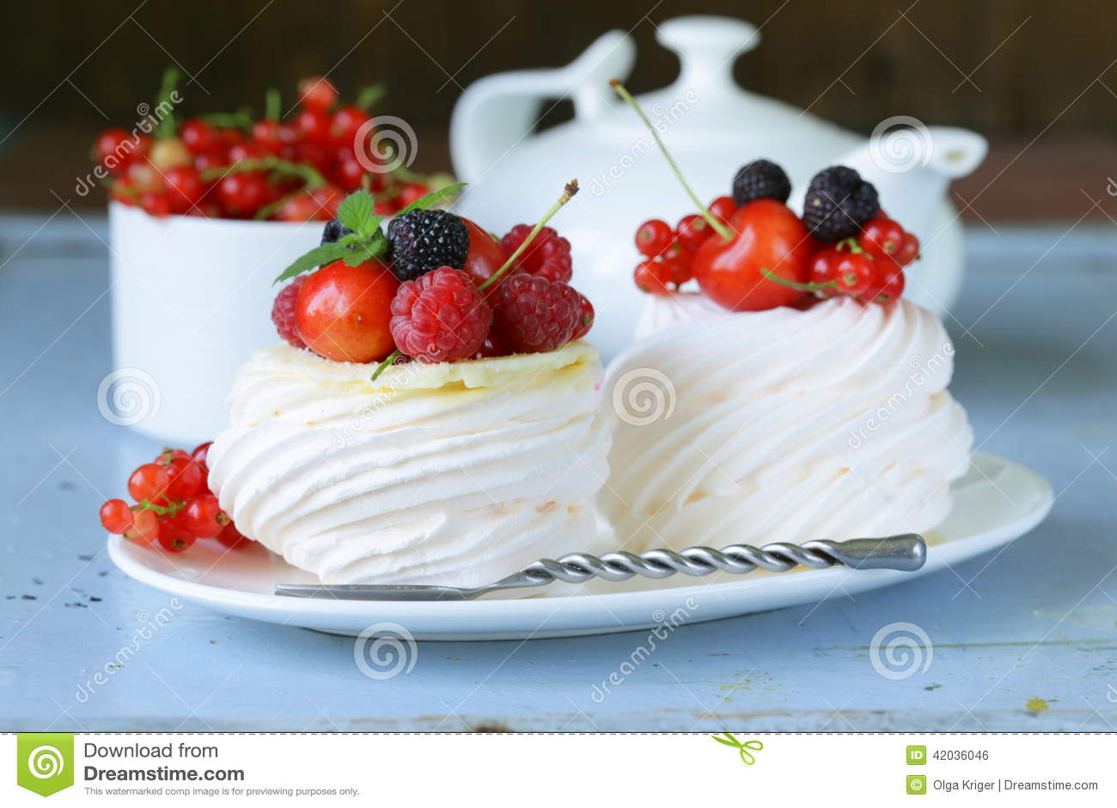 vacherin traditionnel de dessert d 39 t avec des baies photo stock image 42036046. Black Bedroom Furniture Sets. Home Design Ideas