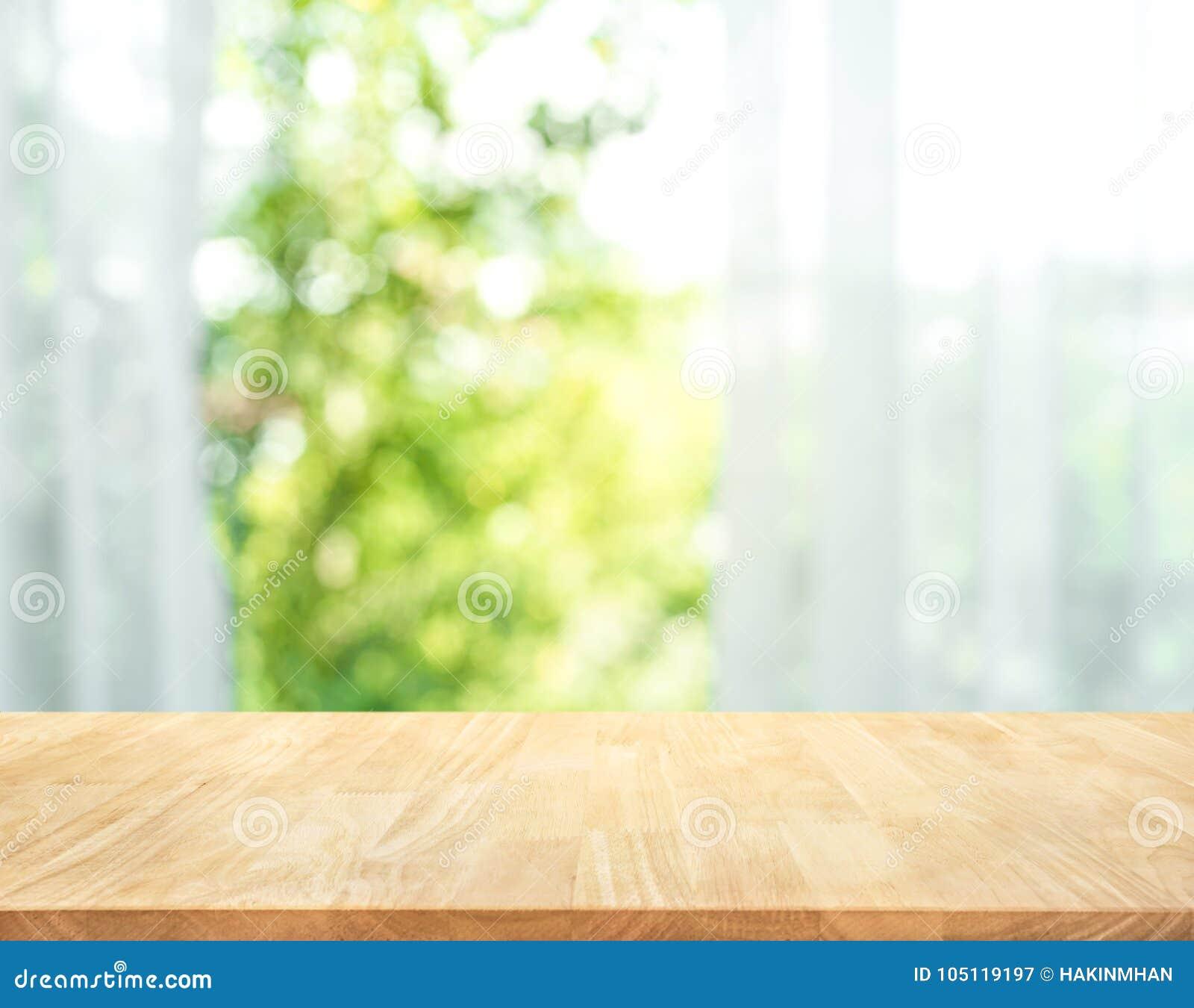 Vacie de la sobremesa de madera en la falta de definición de la cortina con la opinión de la ventana