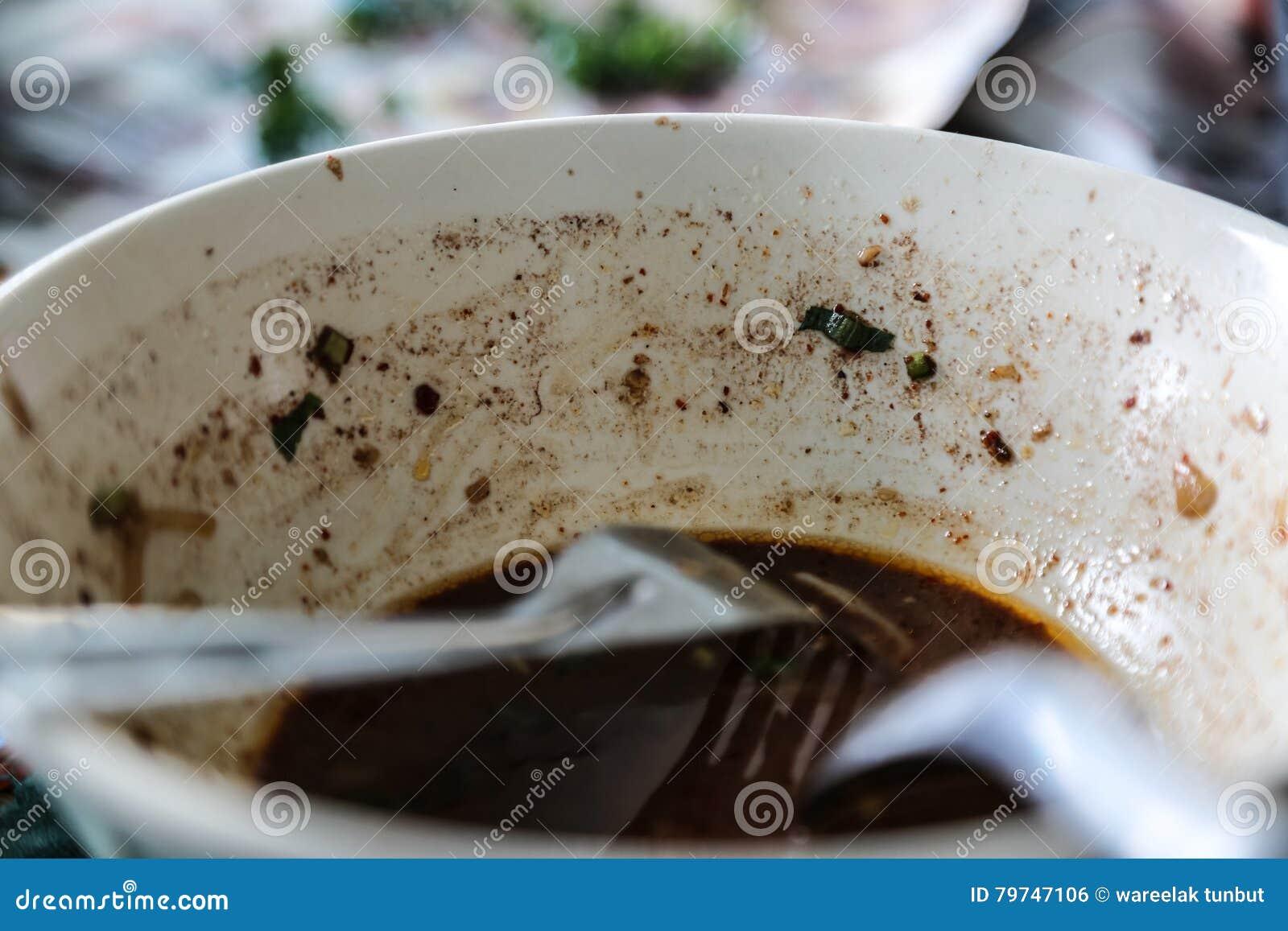 Vacie de los tallarines con la sopa de la sangre del cerdo