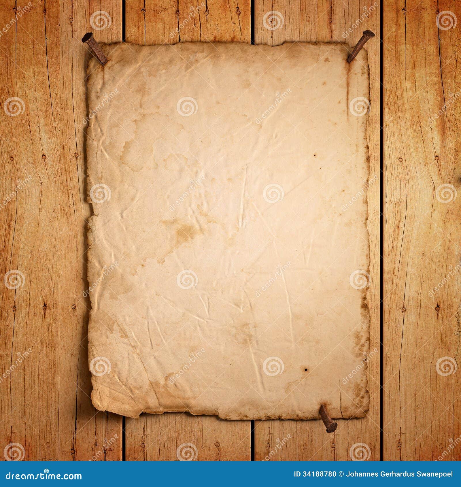 Vacie el papel viejo con los clavos oxidados en la madera for Papel pared madera