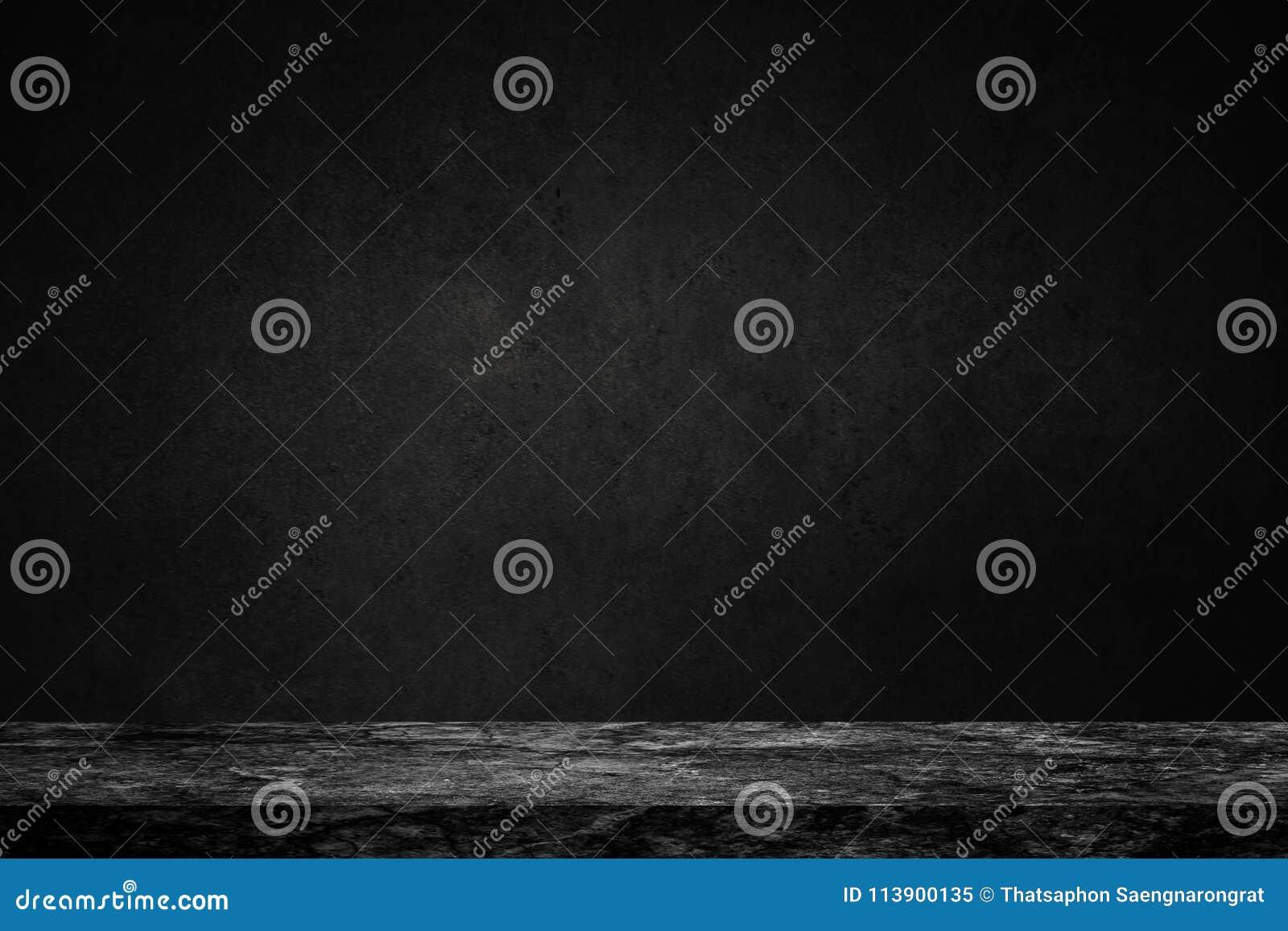 Vacie el top de la tabla de piedra de mármol negra en backgroun del muro de cemento