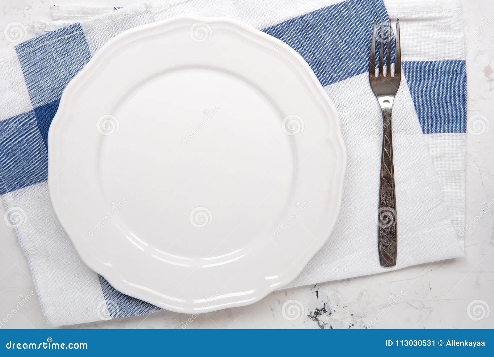 Vacie la placa blanca y bifurque en una tabla, visión superior