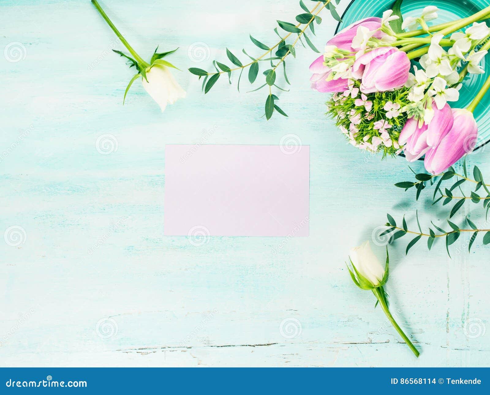 Vacie los colores en colores pastel de la tarjeta de las flores de los tulipanes de la primavera púrpura de las rosas