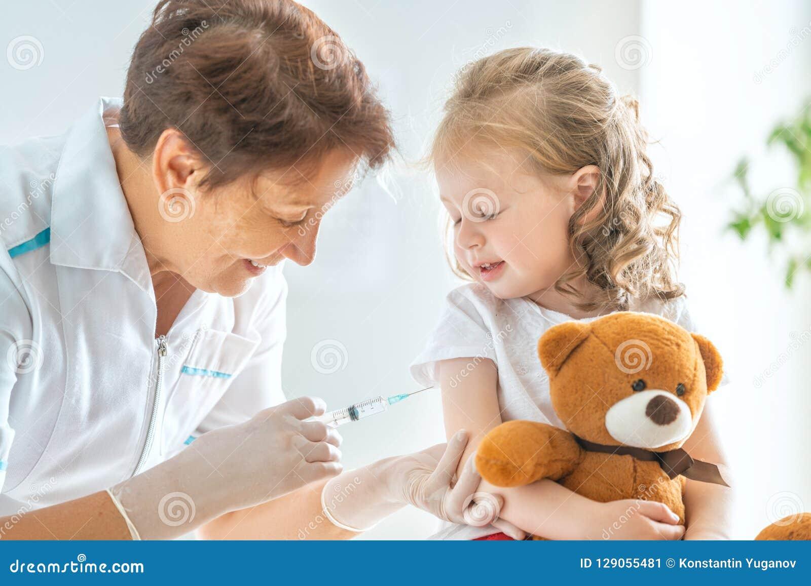 Vacunación a un niño