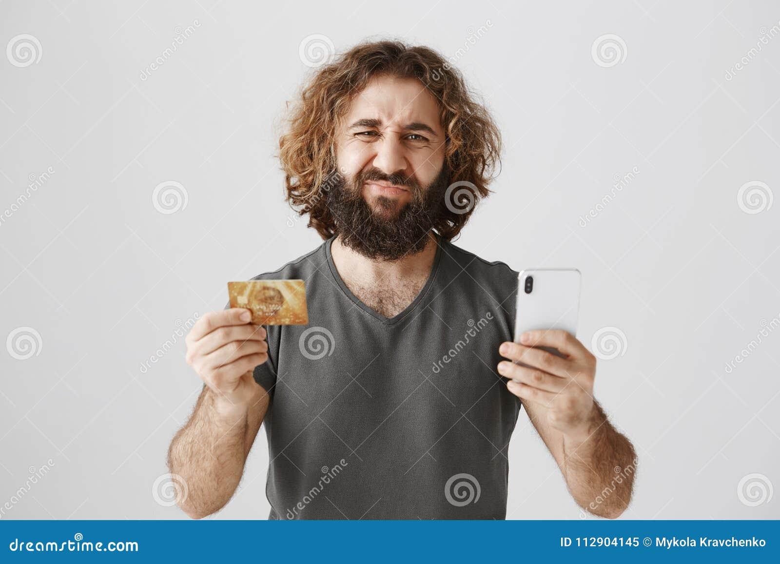 Vad kan vara mer ledsen än lagjämvikt på bankkonto Studioskott av den missnöjda dystra östliga mannen med att rynka pannan för sk