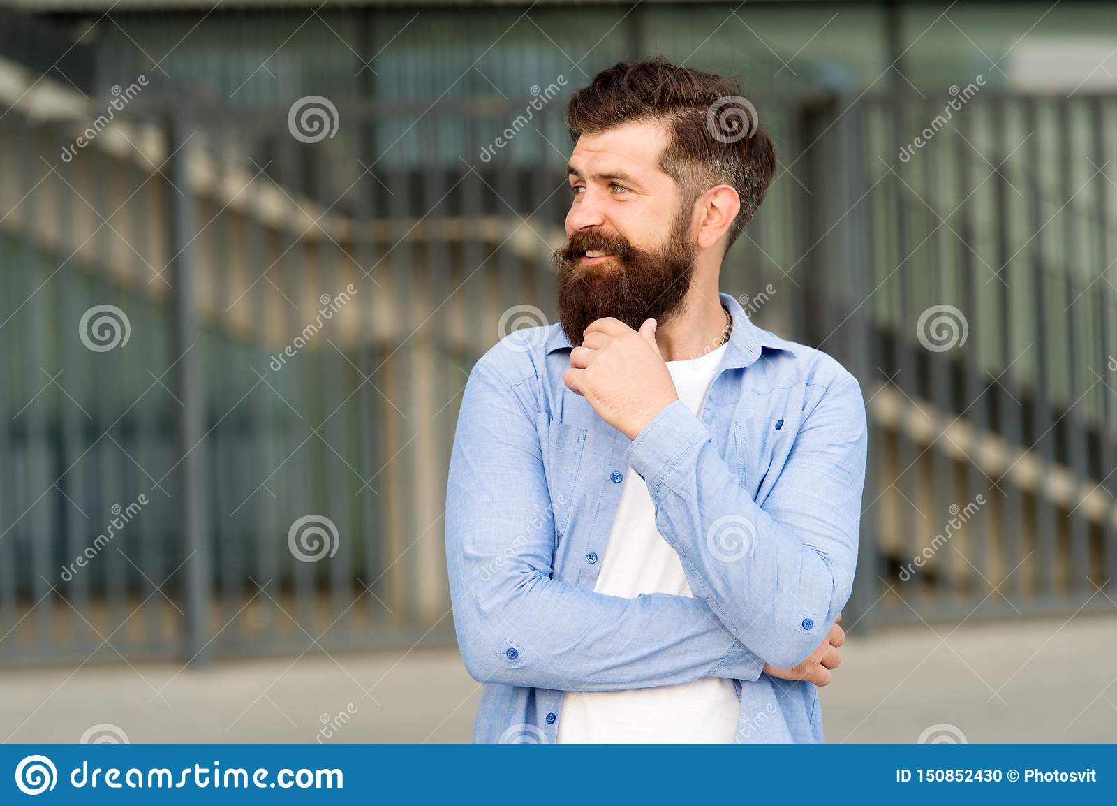 Vad ?r p? hans mening Eftertänksam hipster som tänker angenäma tankar Bakgrund för skäggig hipster för man stads- Stamgästen går
