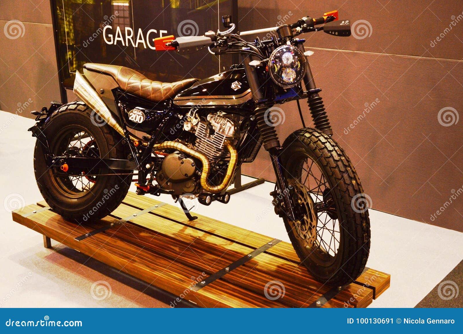 Vada in automobile l Expo della bici, il corridore 200 del caffè di Suzuki della motocicletta